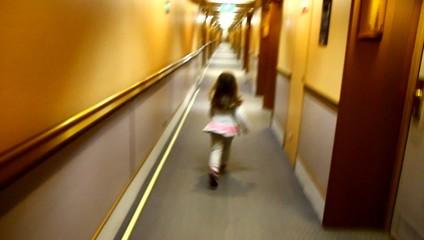 bambina che corre in corridoio