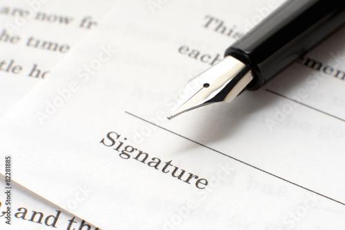 契約書と万年筆 - 82281885
