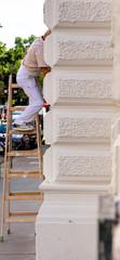 Maler auf einer Leiter bei der Arbeit