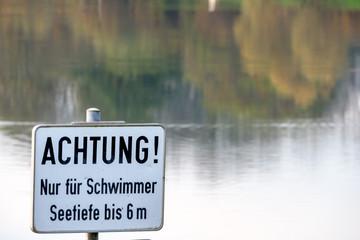 Schild Achtung nur für Schwimmer