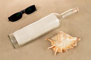 Flaschenpost mit Muschel und Sonnenbrille