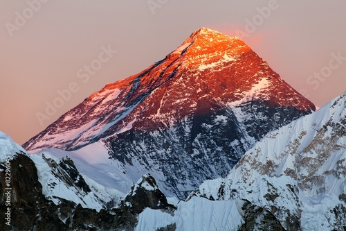 Fotobehang Nepal Evening view of Mount Everest from gokyo valley