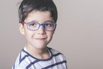 niño sonriente con gafas