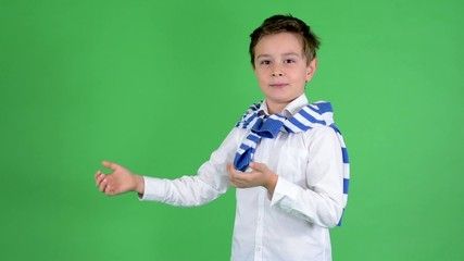 child boy introduces (with hands) - green screen - studio