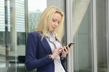 Berlin, Geschäftsfrau telefoniert mit Smartphone