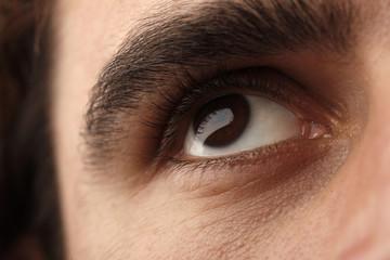 Uomo con occhi scuri