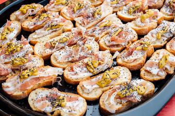 Crostini di pancetta con senape e semi di papavero