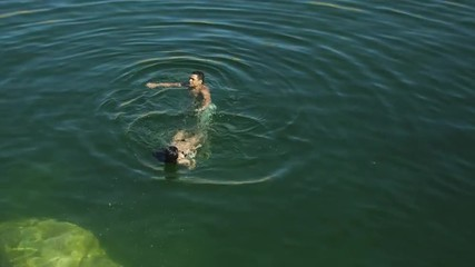 WS HA Couple swimming in Lake Powell / Utah, USA
