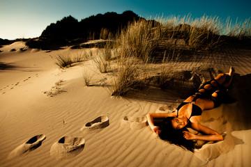 Modella in spiaggia con monokini nero
