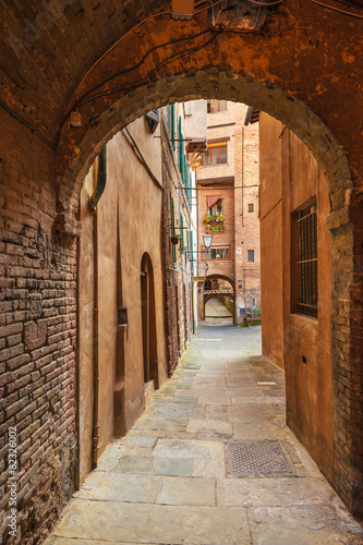 Poster Smal steegje Hidden streets of the ancient city of Siena, Italy