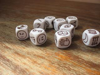 Разбросанные кубики для игры на старом деревянном столе