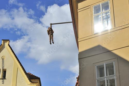 Staande foto Praag Praga monumento L'Appeso di David Cerny