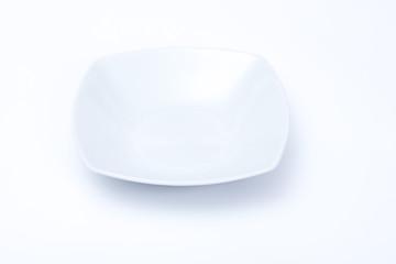 piatto bianco quadrato su sfondo bianco