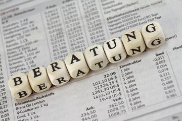 Beratung mit Buchstabenwürfeln auf einer Zeitung gebaut