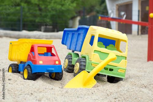 Leinwanddruck Bild Sandspielzeug in einem Sandkasten