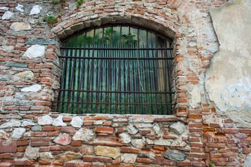 Rudere, rustico edificio decadente crollato, finestra