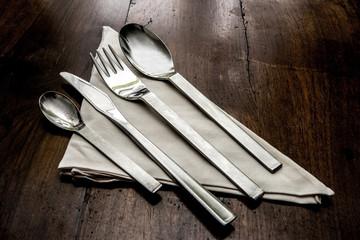 forchetta, coltello, cucchiaio, cucchiaino e tovagliolo