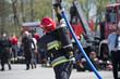 strażak z wężem - 82384687