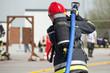 strażak z wężem gaśniczym - 82385095