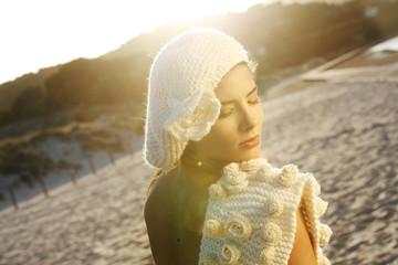 Giovane ragazza con cappello bianco