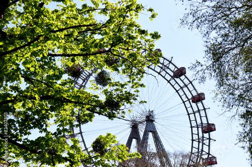 canvas print picture Leuchtende Blätter vor dem Wiener Riesenrad