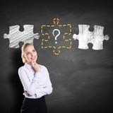 Geschäftsfrau denkt über fehlendes Puzzlestück nach