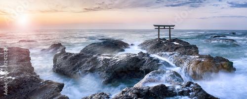 In de dag Kust Japanisches Torii an der Küste
