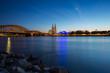 Köln am rheinufer am Abend