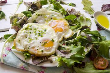 Ensalada con huevos fritos
