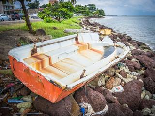 barca varada en las piedras