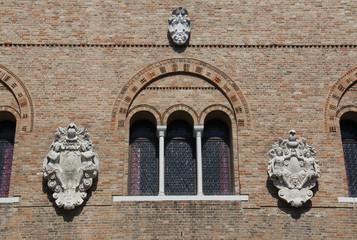 Treviso; palazzo dei Trecento, stemmi