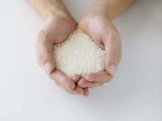 米を持つ手