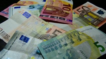 Euro Scheine und Münzen für den Zahlungsverkehr