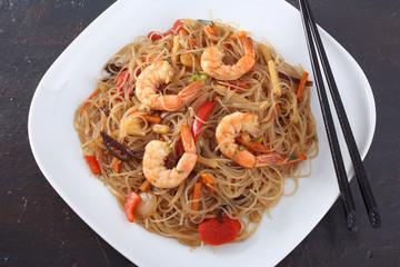 cibo asiatico spaghetti con gamberi