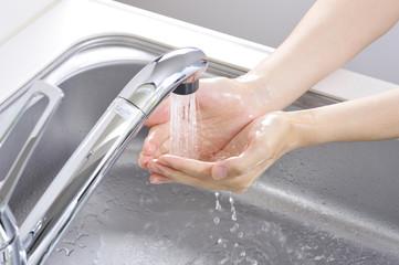 石鹸で手を洗っている様子