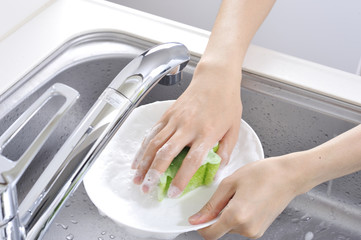 食器を洗っている手