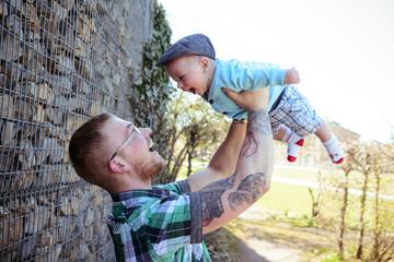 Stolzer Vater mit seinem Sohn