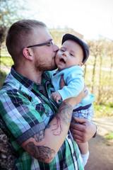Stolzer Papa küsst seinen Sohn