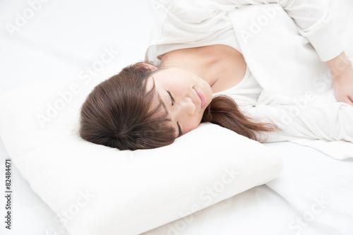 眠る女性 - 82484471