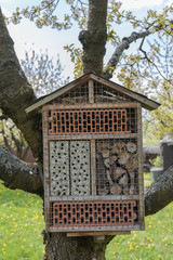 kleines Insektenhotel am Baum hängend