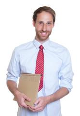Sympathischer Geschäftsmann mit Krawatte und Akte