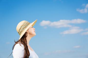Frau entspannt im Sonnenschein