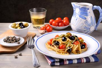 Spaghetti all'eoliana, olive, capperi e pomodorini