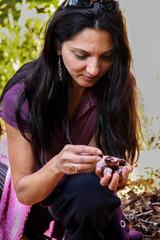 Frau mit Kastanien in der Hand