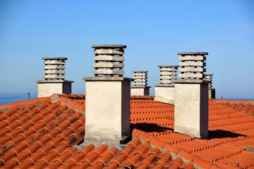 chimeneas en un tejado