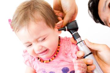 Baby beim Kinderarzt - Ohrenspiegelung - Otoskop