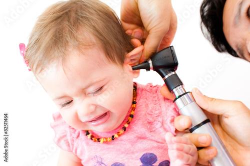 Leinwanddruck Bild Baby beim Kinderarzt - Ohrenspiegelung - Otoskop