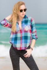 Junge Frau mit Sonnenbrille am Strand
