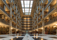 Bücher-Regal indisde eine öffentliche Bibliothek