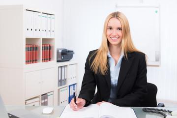 businessfrau schreibt in den terminkalender